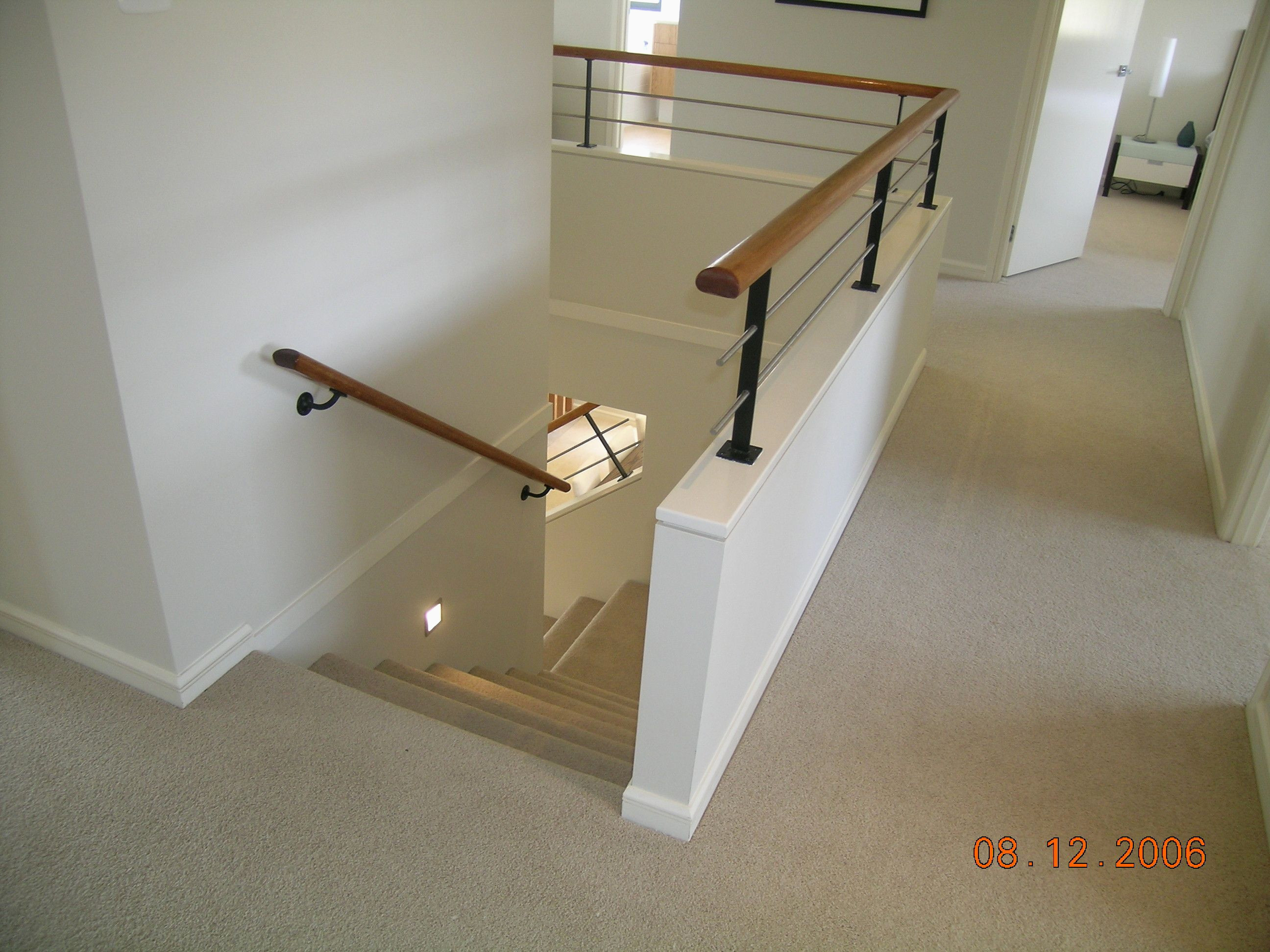 Cabine Peinture Ouverte Élégant Half Wall Timber Handrail Stainless Steel Rails and Black Powder Galerie
